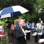 directeur droog, directiepartijen nat, fijn zo'n paraplu. De fanfare stond droog onder grote schermen , de drumband trotseerde de regen.